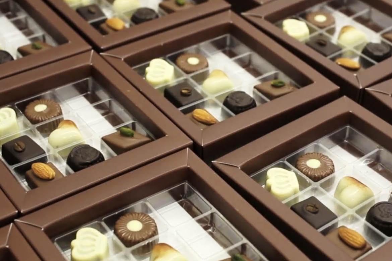 Rik pakker selv chokoladerne i eget værksted